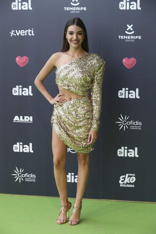 Ana Guerra con vestido de lentejuelas doradas