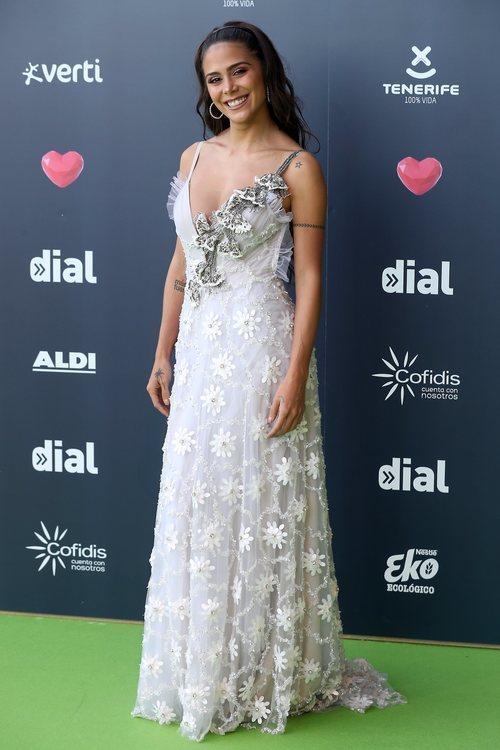 Greeicy con un vestido blanco con detalles florales