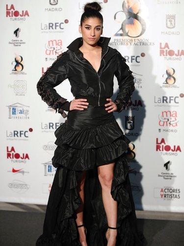 Carolina Yuste con un conjunto negro de chaqueta y falda