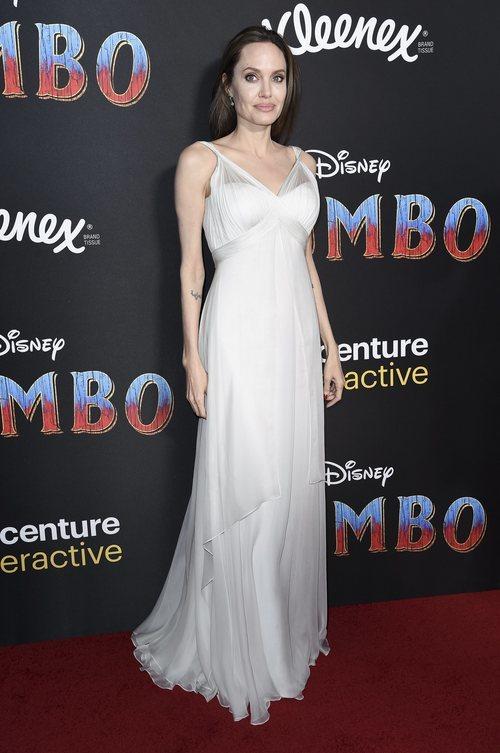 Angelina Jolie con vestido largo blanco