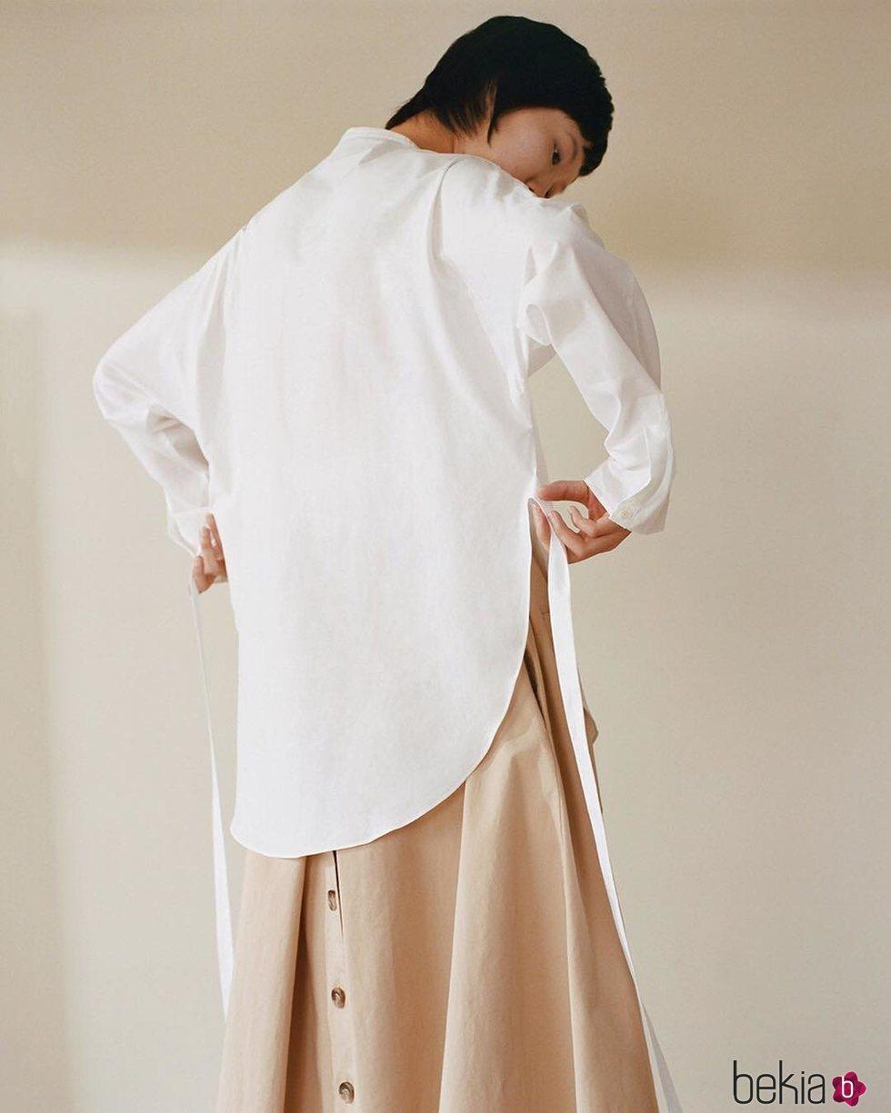 Modelo con la camisa blanca de la colección cápsula The White Project de Cos 2019