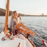Patricia Montero en un barco en la campaña de la colección primavera/verano 2019 de Yokono