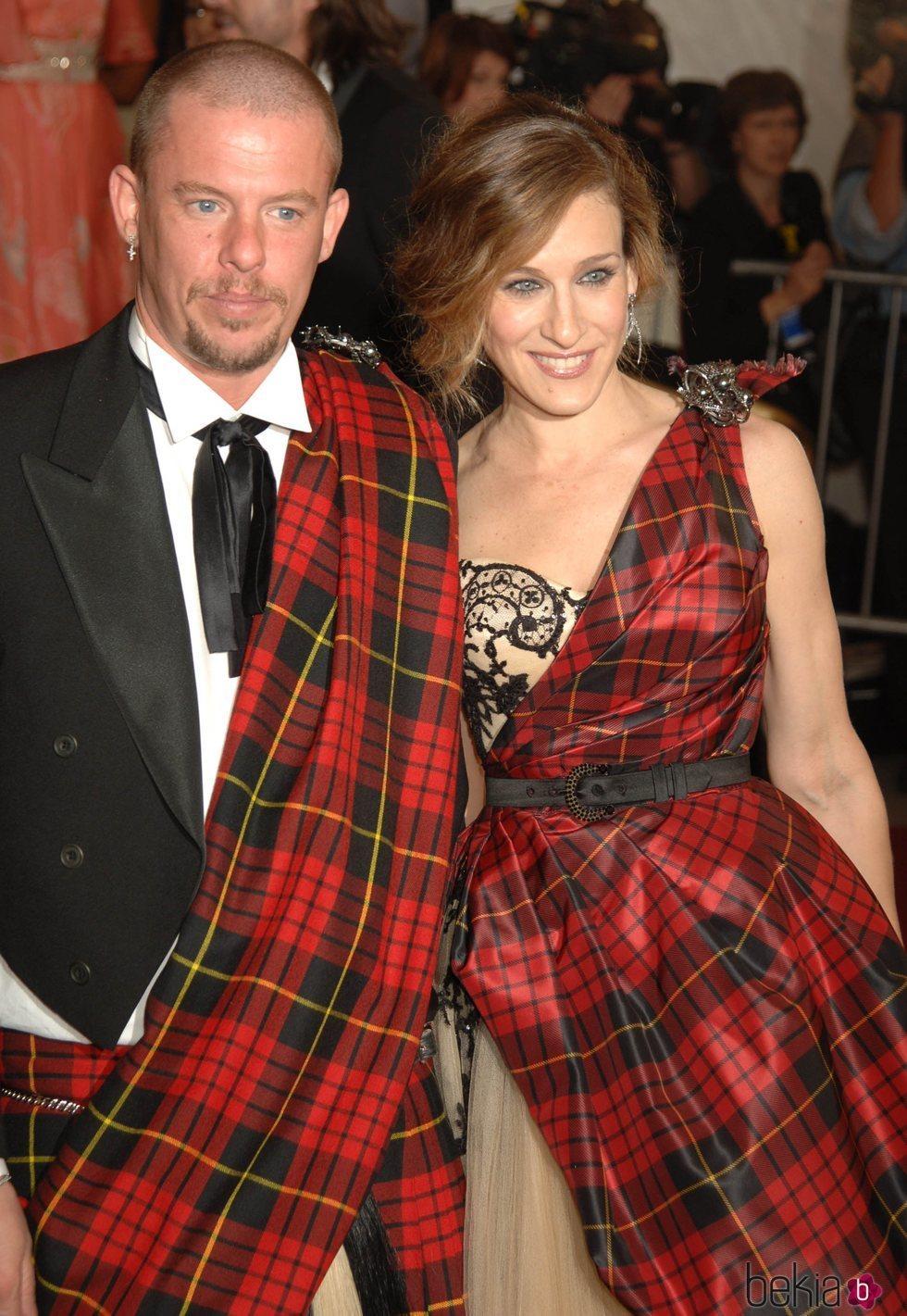 Alexander McQueen y Sarah Jessica Parker en la gala del Met 2006