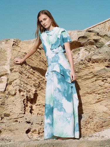 Modelo con un vestido largo de la colección primavera/verano 2019 de Sfera