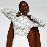 Modelo con un conjunto marrón y blanco de la colección primavera/verano 2019 de Sfera