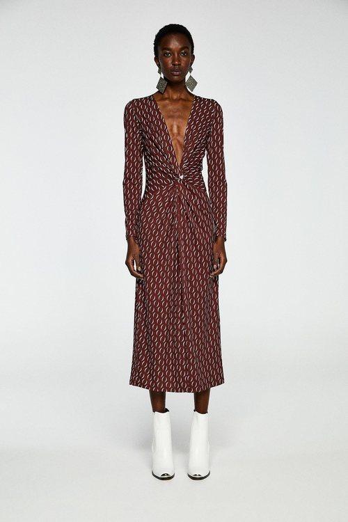 Modelo con un vestido con escote en pico de la colección primavera/verano 2019 de Sfera