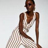 Modelo con un mono de rayas de la colección primavera/verano 2019 de Sfera