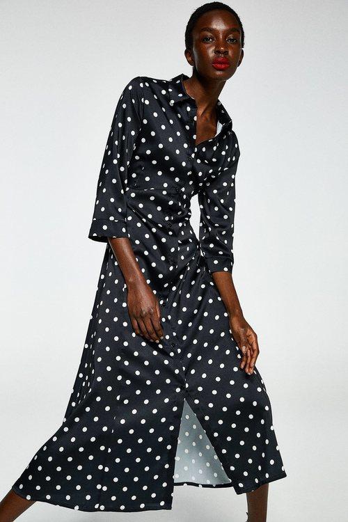 Modelo con un vestido largo satinado de la colección primavera/verano 2019 de Sfera