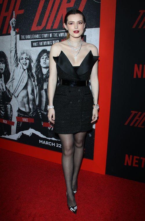 Bella Thorne y un vestido chaqueta