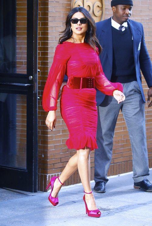 Priyanka Chopra con un vestido carmín