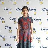 Olivia Molina con vestido estampado