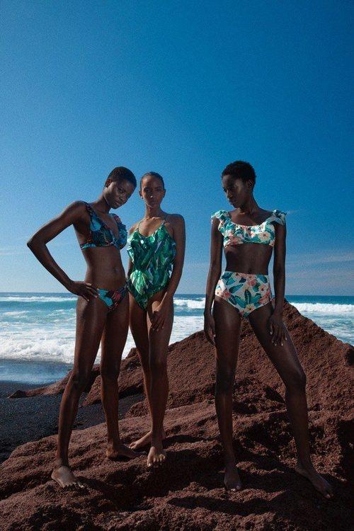 Bañadores con estampado tropical de la colección de baño 2019 de Lefties