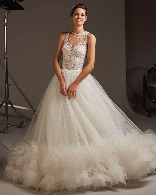 Modelo luciendo un vestido de novia con transparencia de la colección crucero de Pronovias 2020