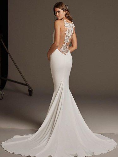 Vestido de novia con escote en la espalda de la colección crucero de Pronovias 2020