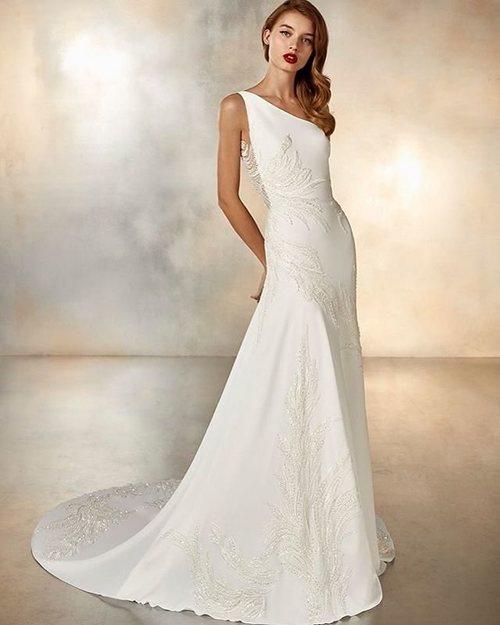Vestido asimétrico de novia de la colección crucero de Pronovias 2020