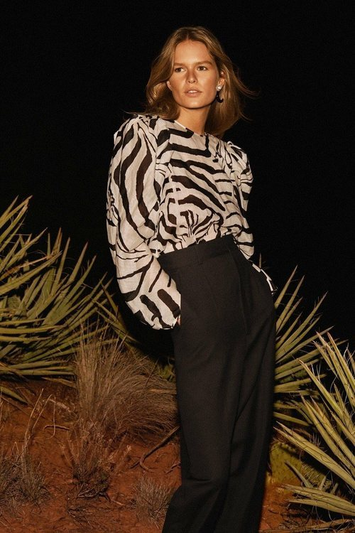 Blusa de estampado de cebra de la colección Studio primavera/verano 2019 de H&M