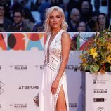 Ana Fernández con un vestido blanco
