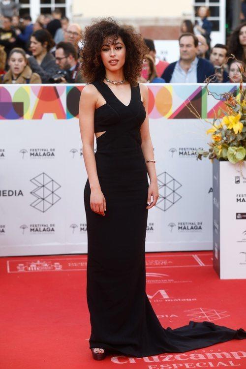 Mina El Hammani con un vestido largo negro