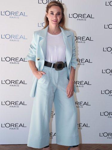 Marta Hazas con chaqueta y pantalón azul
