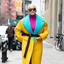 Rita Ora con abrigo amarillo, rosa y azul