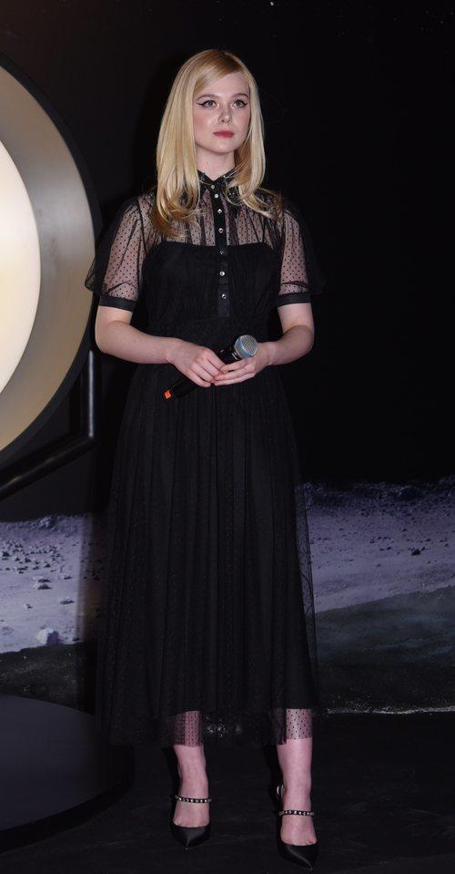 Elle Fanning con un vestido negro
