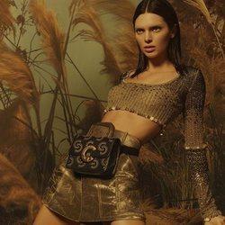 Kendal Jenner posando con un top dorado para la colección primavera/verano 2019 de Roberto Cavalli