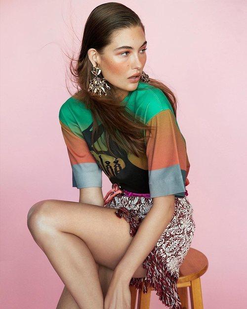 Modelo luciendo una camiseta de colores de la colección de primavera 2019 de Chloé