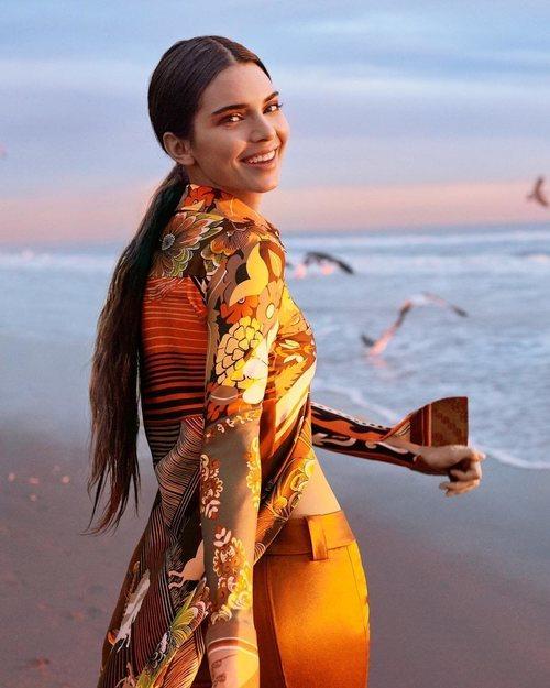Kendall Jenner conuna blusa fluida de la colección de primavera 2019 de Chloé