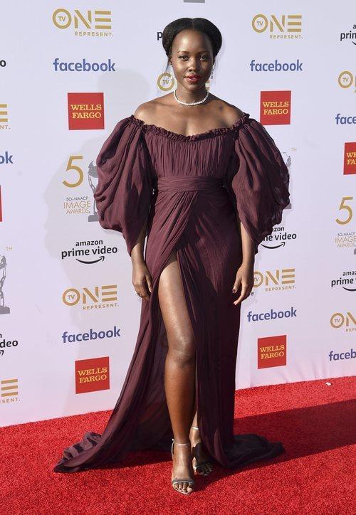 Lupita Nyongo luciendo un escote perfecto