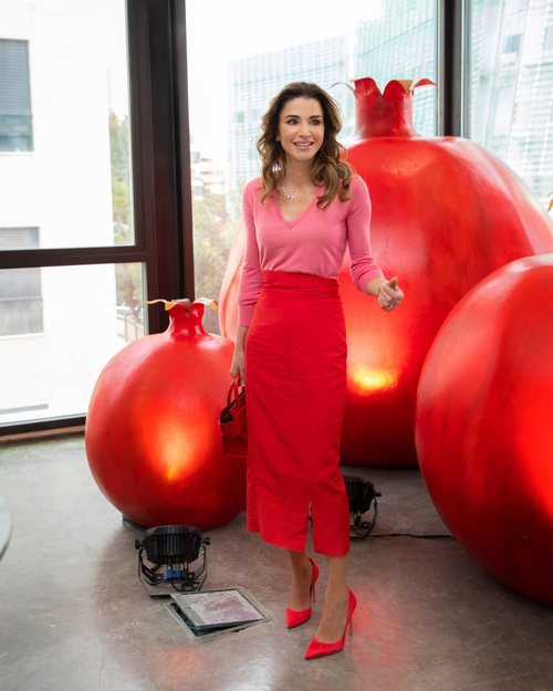 Reina Rania de Jordania vestida con rojo y rosa