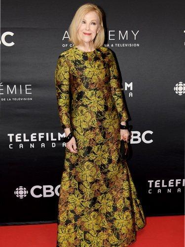 Catherine O'Hara con un vestido estampado floral