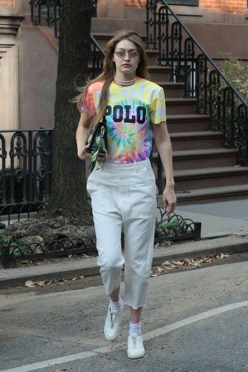 Gigi Hadid con una camiseta Tie Dye