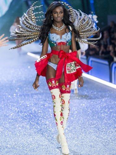 Leomie Anderson desfilando en el Victoria's Secret Fashion Show 2016