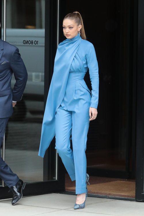 Gigi Hadid con un mono azul