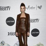Bella Hadid con un look entero marrón