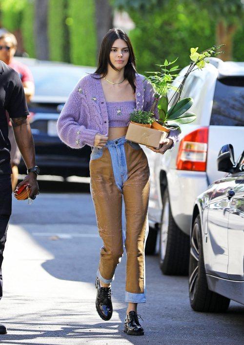 Kendall Jenner con un look de muchos colores