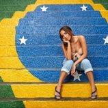 Anitta con sandalias azules en la colección Primavera-Verano 2019 de Ipanema