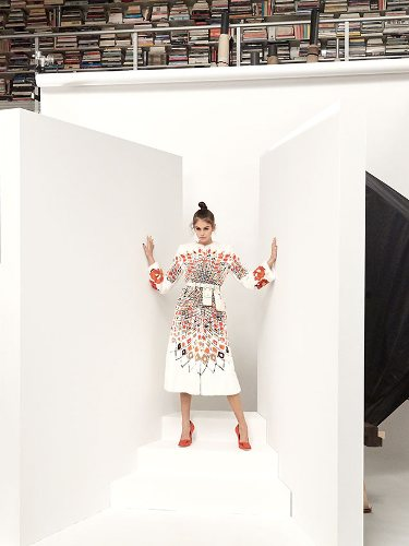 Kaia Gerber vestida de blanco en la colección primavera/verano 2019 de Fendi por Karl Lagerdeld