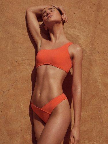 Bikini asimétrico de la colección de baño 2019 de Lefties