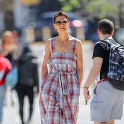 Katie Holmes con un vestido de cuadros
