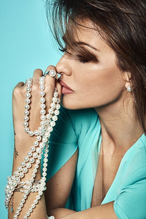 Perfil de Mónica Cruz con el collar 'Fancy' de la colección SS2019 de Majorica