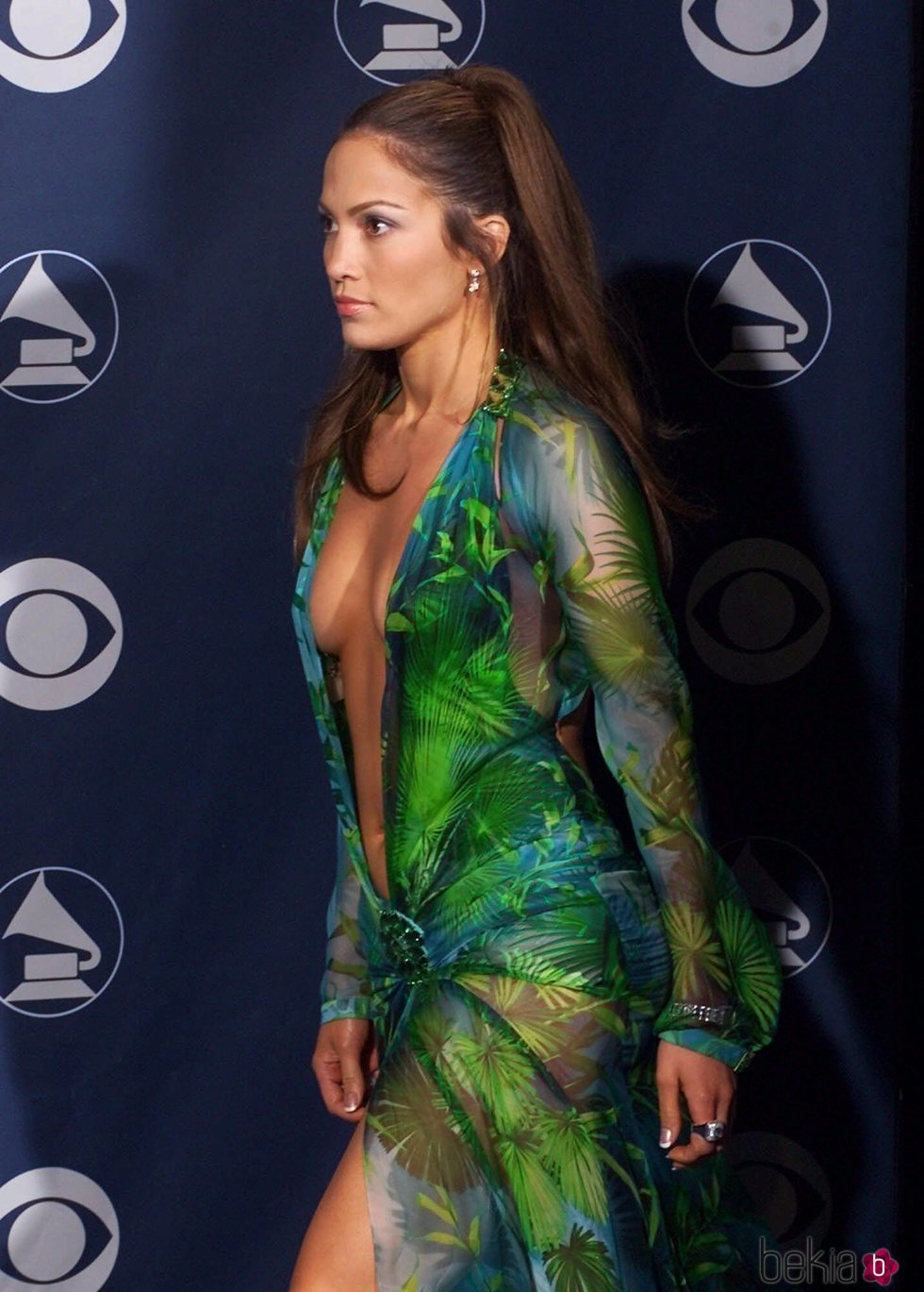 Jennifer Lopez con icónico Versace en los Grammy 2020