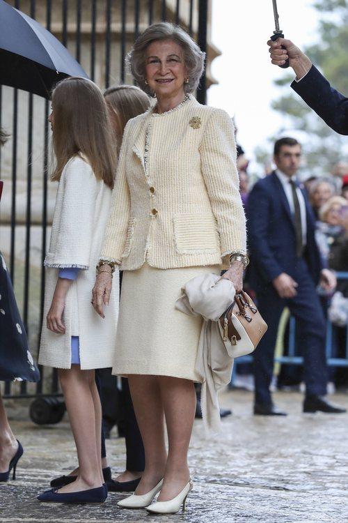 La Reina Sofía con traje de chaqueta y la Princesa Leonor con vestido en la Misa de Pascua 2019