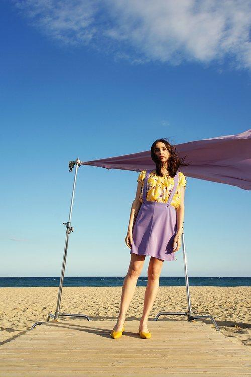 Zahara con pichi y blusa estampada de la colección SS19 de Compañía Fantástica