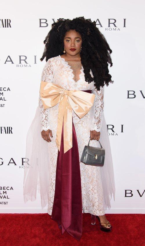 Cipriana Quann con un vestido de encaje blanco