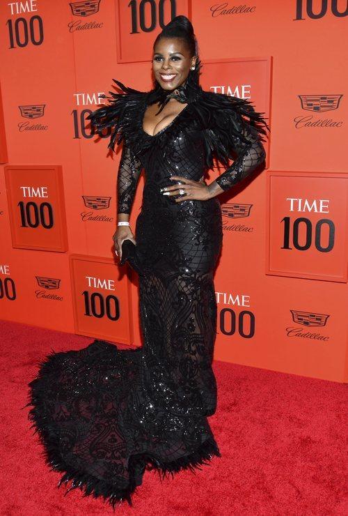 Sheena Meade con un vestido con plumas