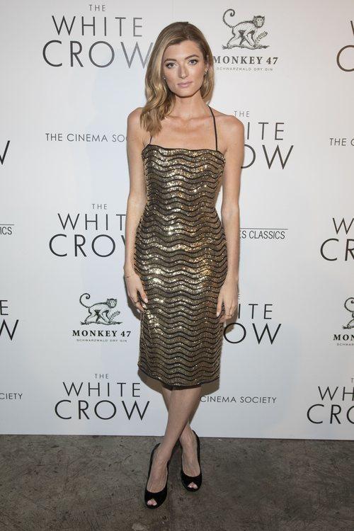 Sophie Summer con un vestido dorado brillante