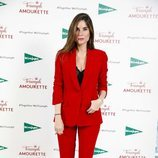 Lourdes Montes con un traje rojo