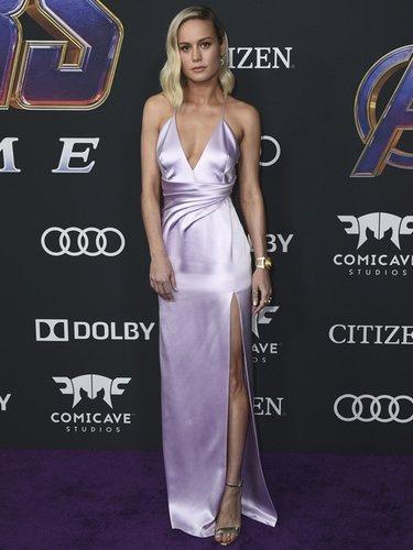Brie Larson vestido de seda lila