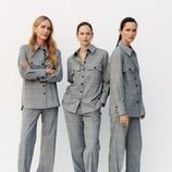 Modelos luciendo un traje gris de Mango 2019